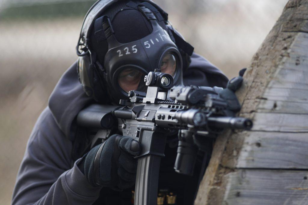 Atirador com rifle estilo AR-15 praticando a disciplina de não colocar o dedo no gatilho